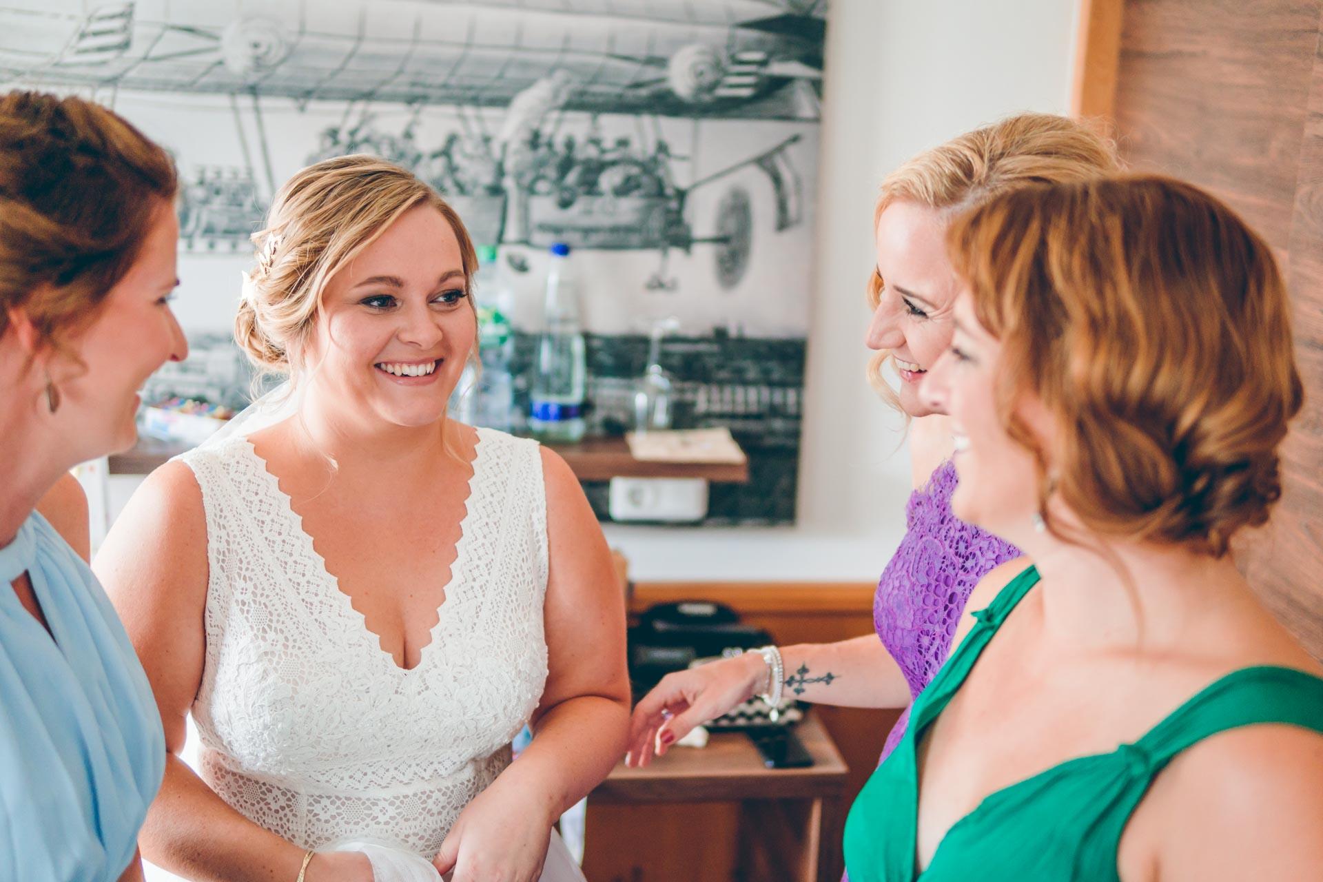 Hochzeitsbraut mit Brautjungern in München