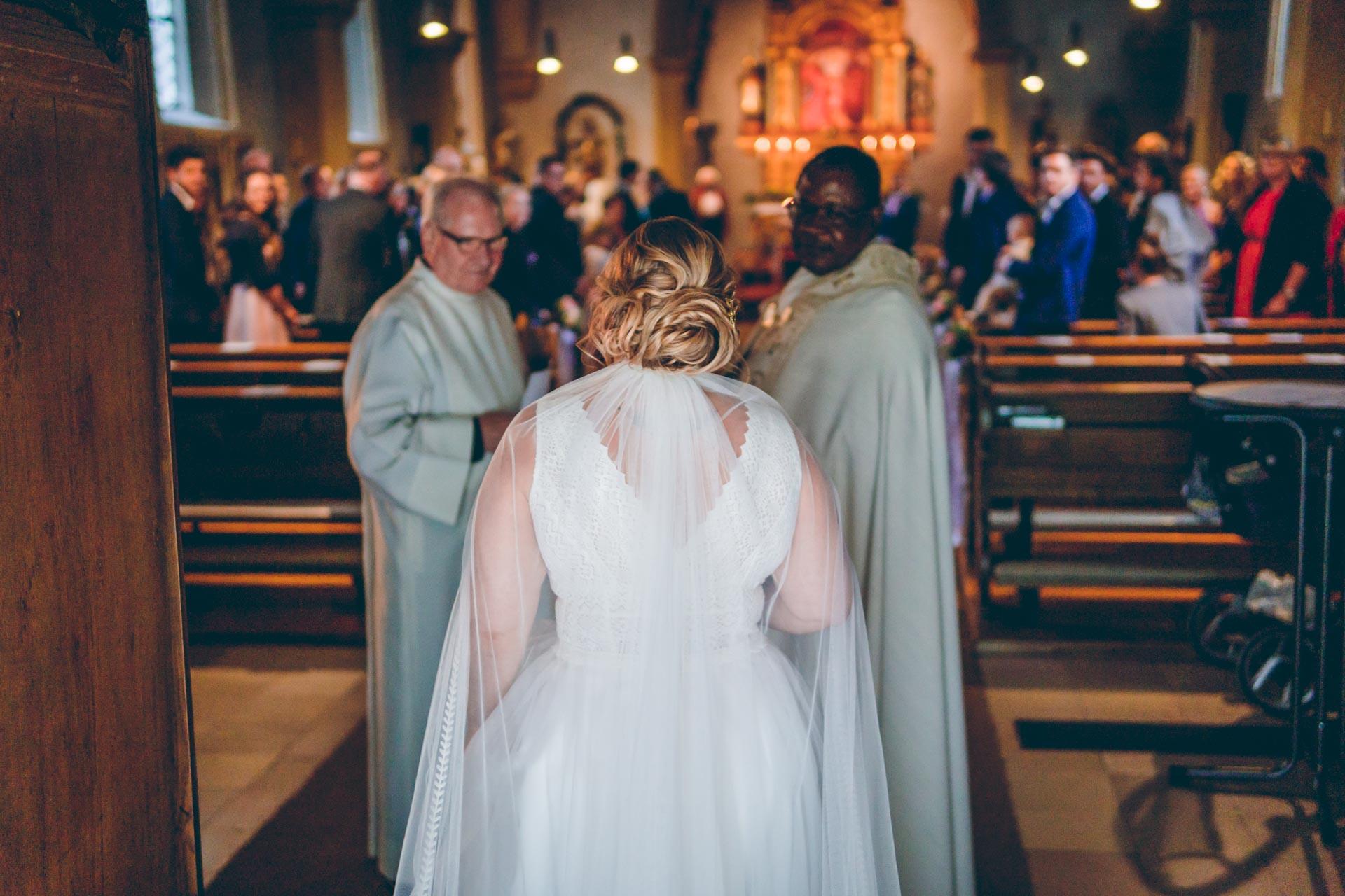 Katholische Hochzeit in München im Sommer mit Pfarrern und Braut