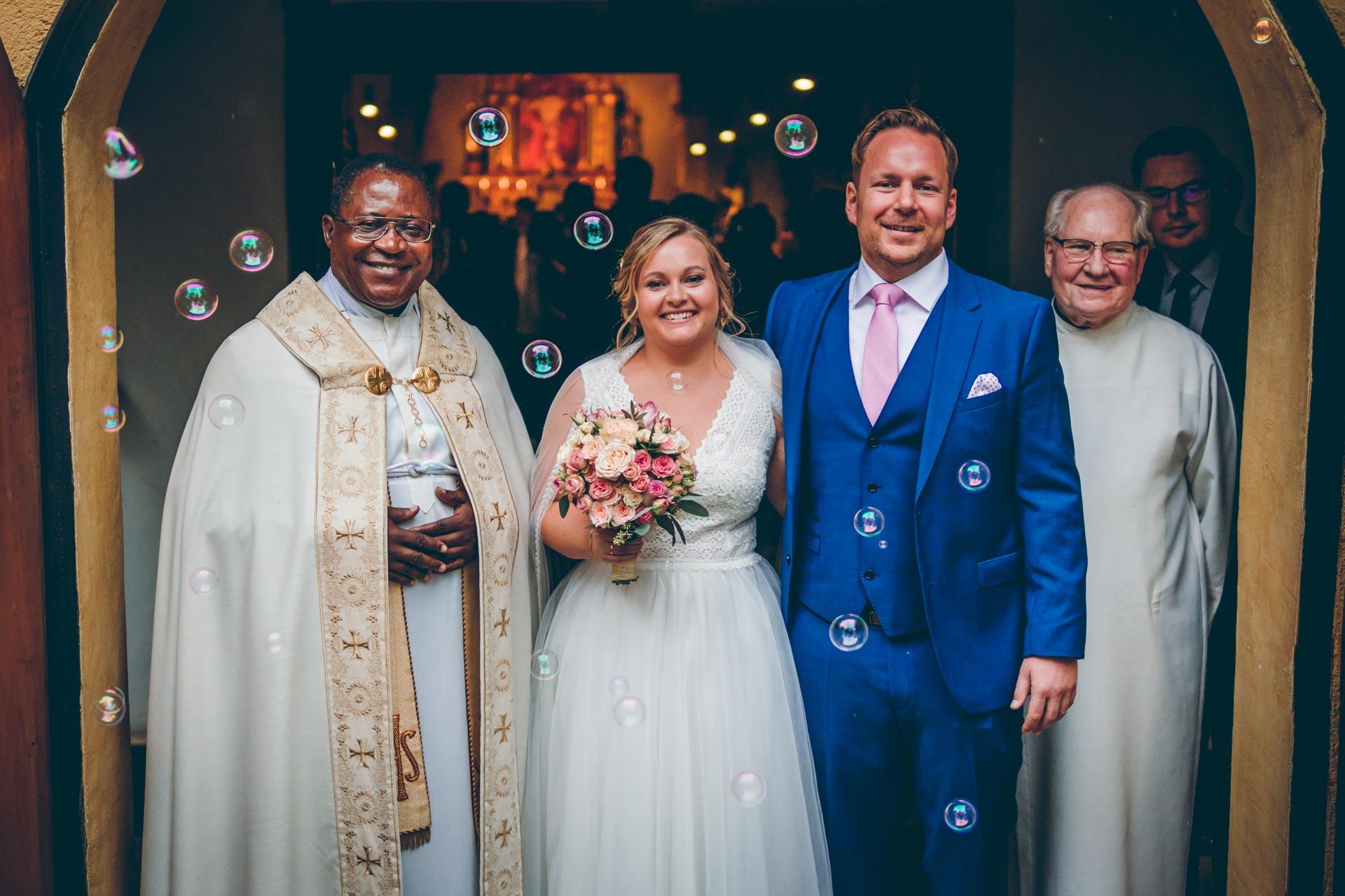 Hochzeitspaar nach der Trauung mit Pfarrern