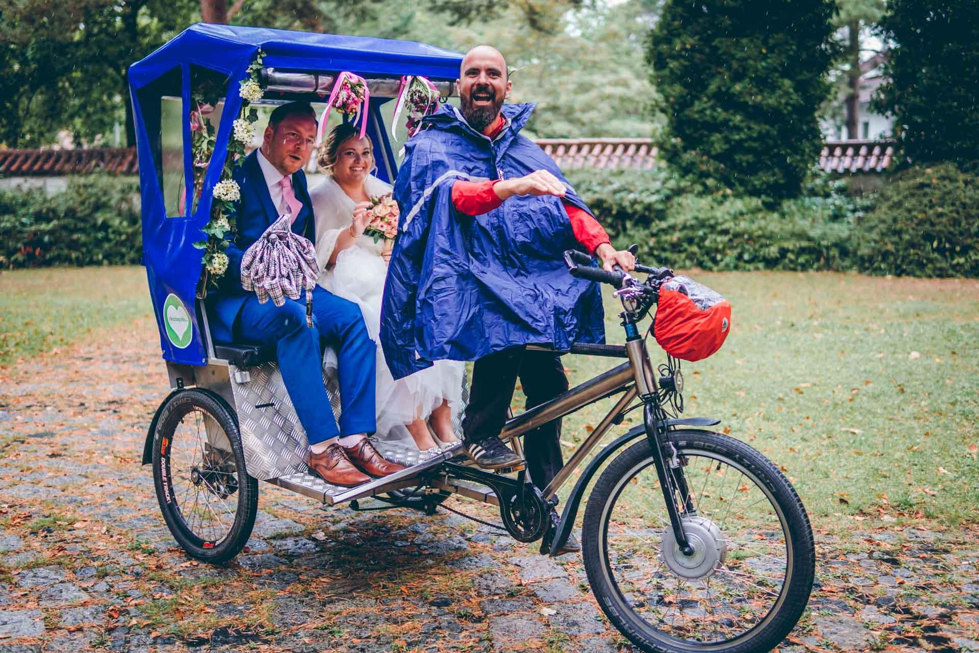 Hochzeitspaar in Rikscha auf Weg zur Alten Gärtnerei