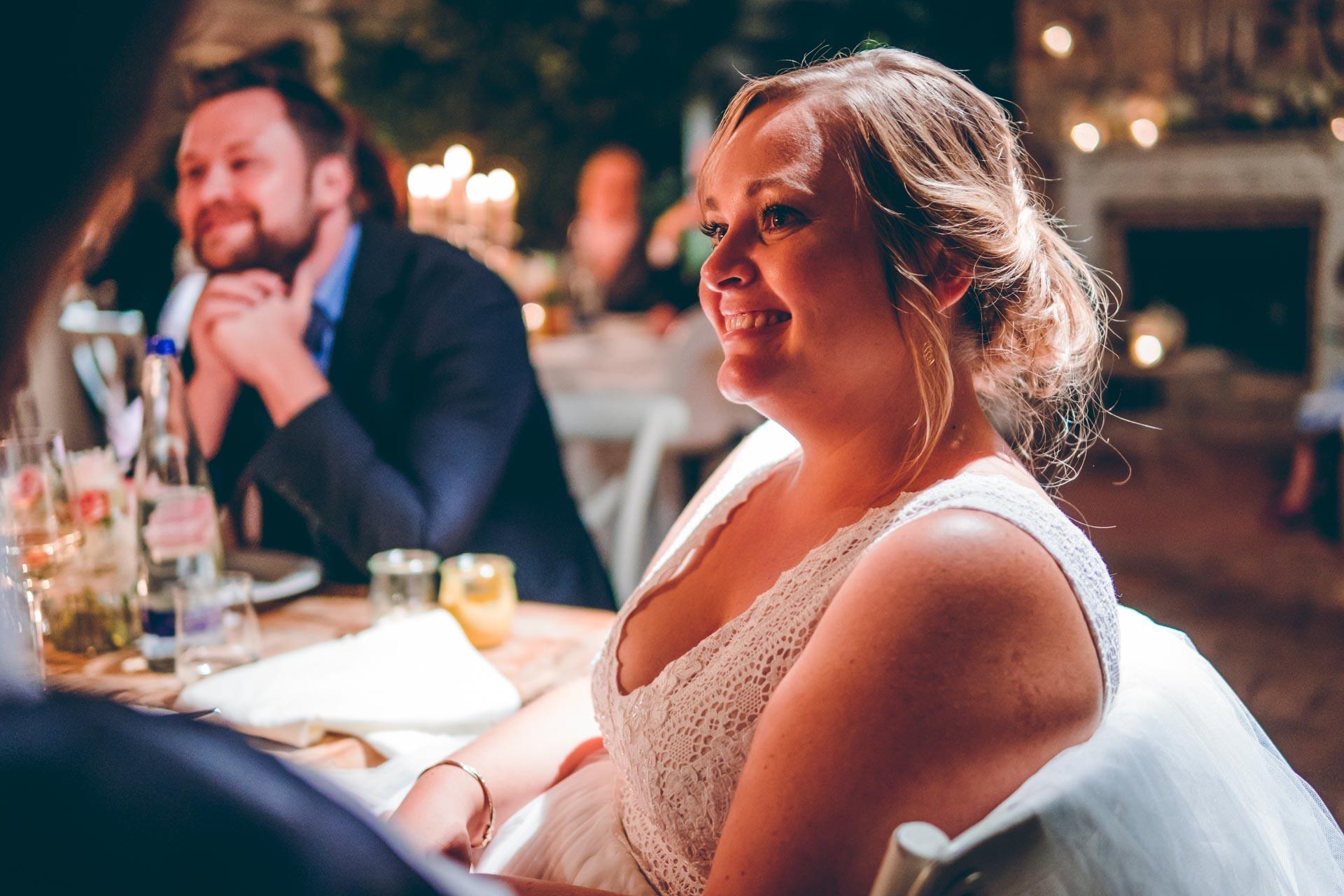 Braut strahlt an Hochzeitstag in München