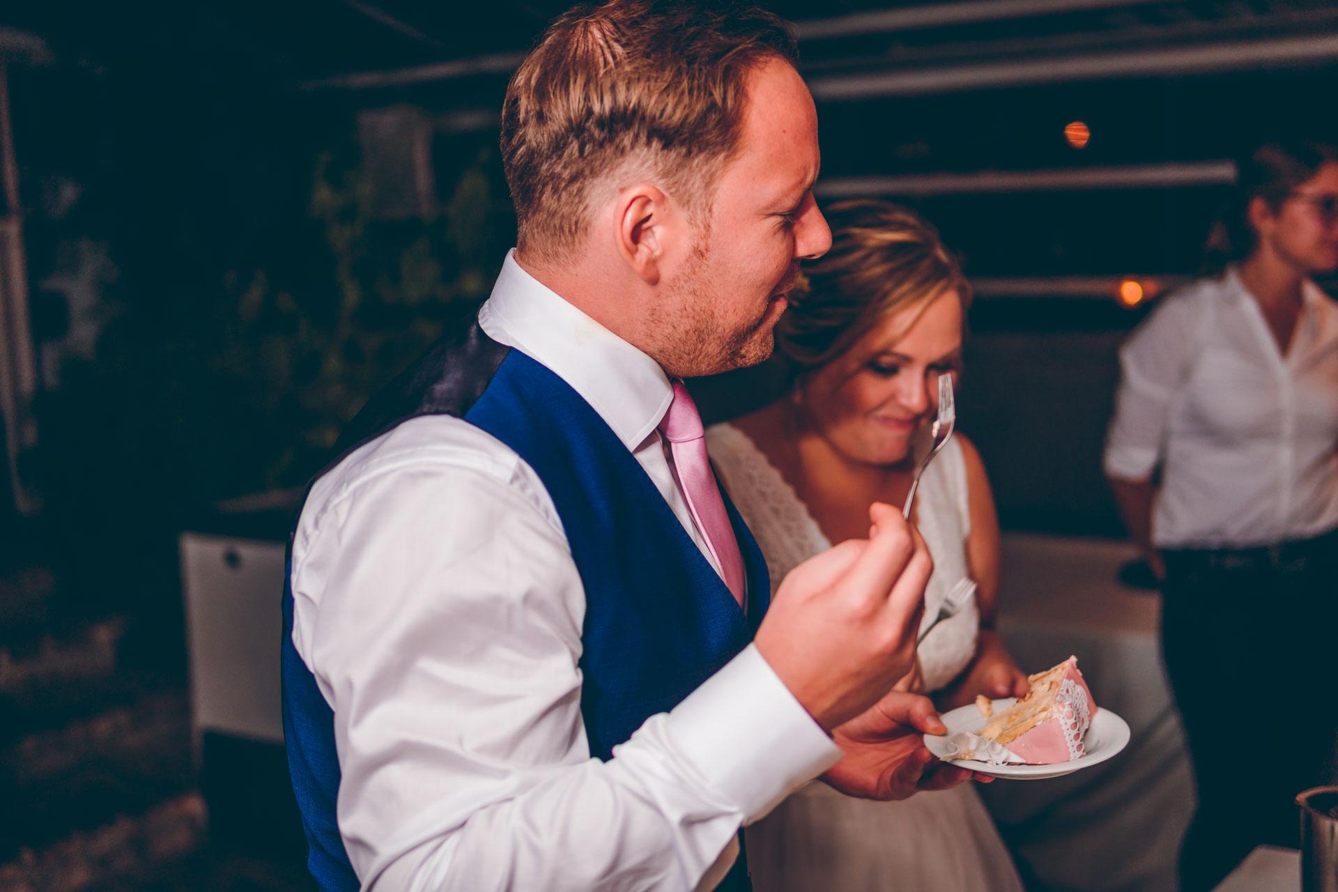 Hochzeitspaar mit Hochzeitstorte in München